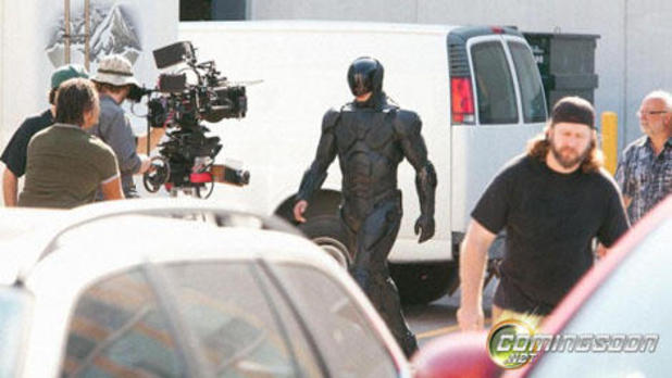 RoboCop (2014) Screenshot - first on-set image of RoboCop suit