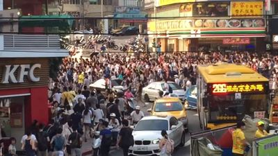 [Watch] Pokemon GO: This is what it looks like when hundreds of people mob a Snorlax